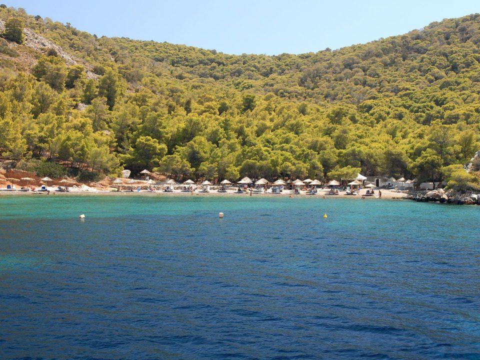 Μπίστι παραλία Ύδρα γαλαζοπράσινα νερά