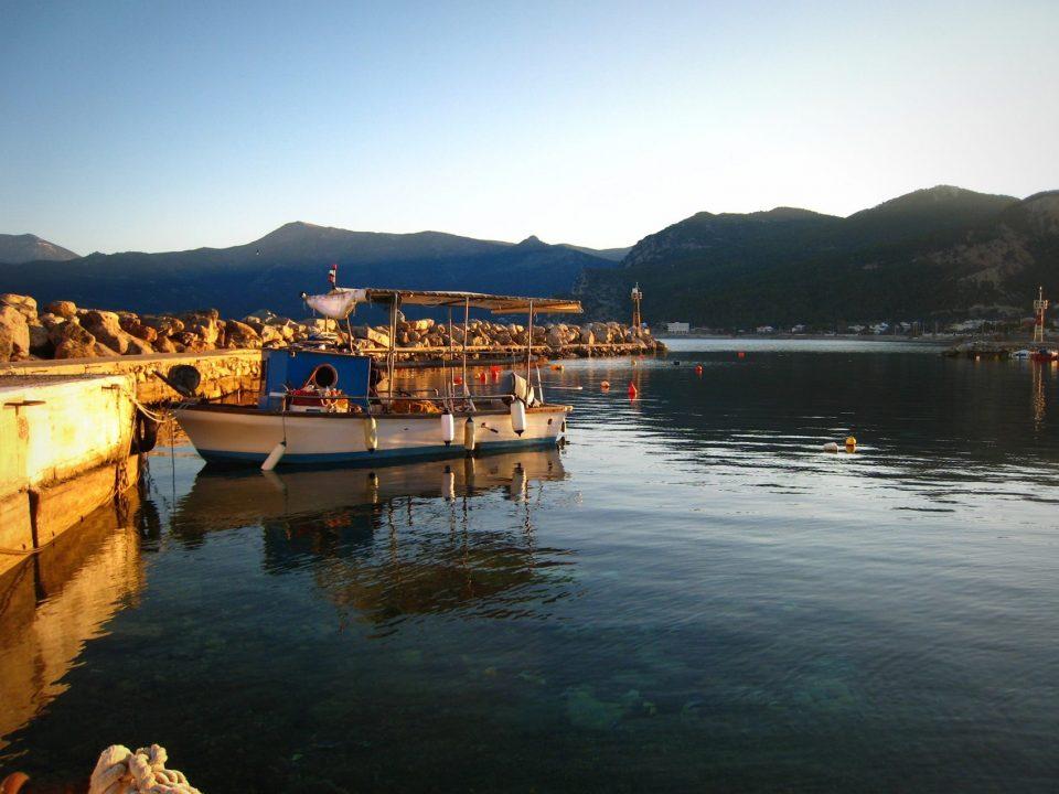 Μέγαρα, θάλασσα, βάρκα